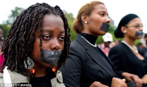 Protest utanför Vita Huset mot att ingen lyssnar på den oerhörda kritiken mot fallet